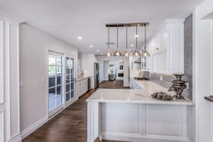 Kitchen peninsula cabinet with overhead pendant lights