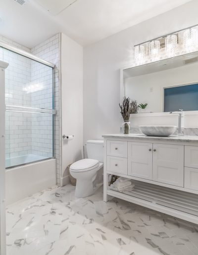 marina-del-rey-white-bathroom